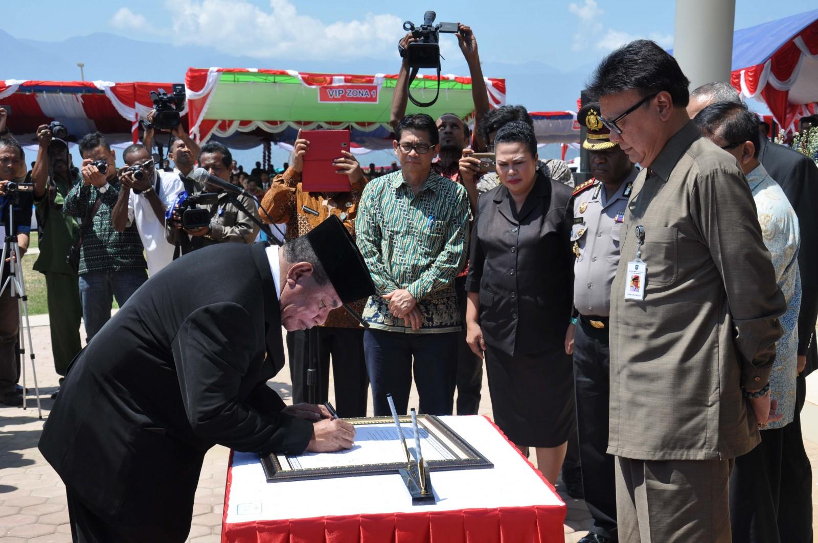 gubernur-papua-barat-abraham-o-atururi-menandatangani_deklarasi-provinsi-konservasi-disaksikan-mendagri-tjahjo-kumolo_foto_nugroho-arif-prabowo-tnc.jpg